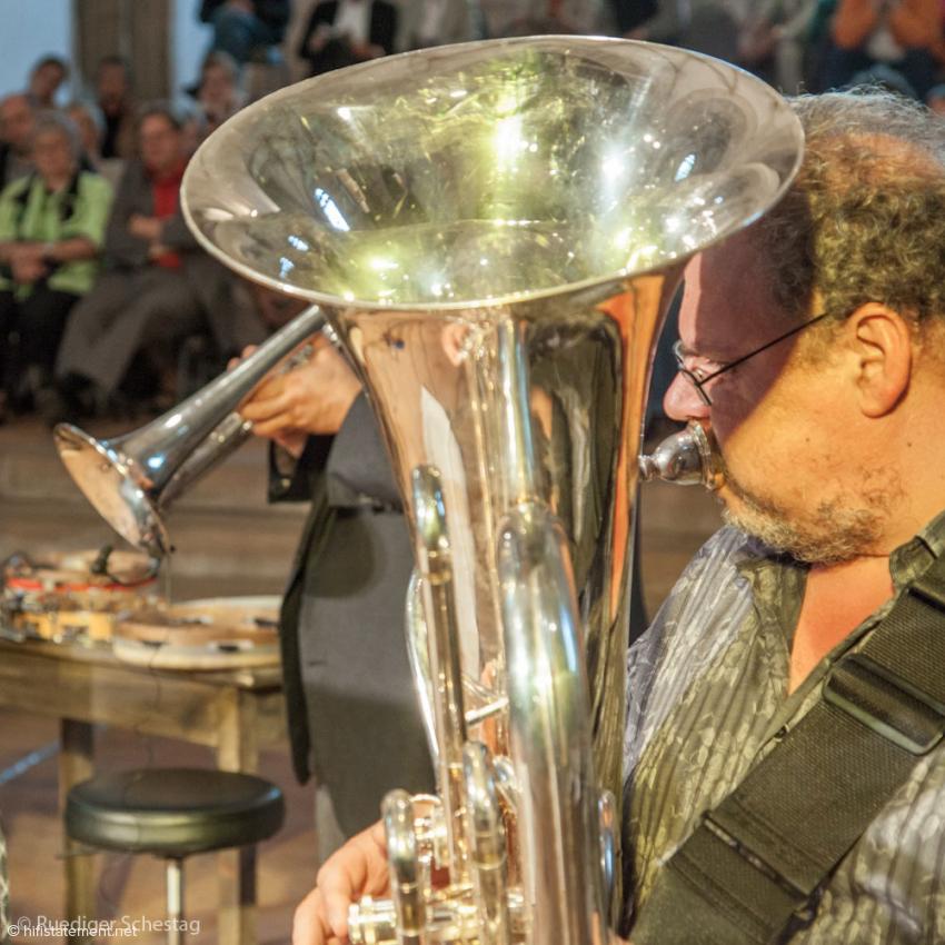 Michel Godard hier einmal mit seiner Tuba, die er immer wieder gegen den E-Bass oder das mittelalterliche Serpent tauschte
