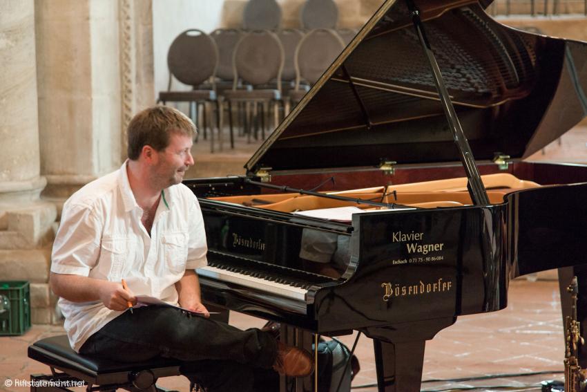 Pianist Patrick Bebelaar leitete Proben und Konzert mit sanfter Hand und stets mit einem Lächeln