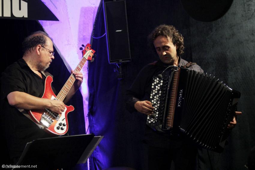 Luciano Biondini nahm sein Akkordeon mit drei Mikrofonen ab – das dritte, hier nicht zu sehende befindet sich auf der Seite der Bässe – und verstärkte es über die Anlage des Clubs. Michel Godard hatte seine Tuba und das Serpent mitgebracht. Diesen im Jazz eher unüblichen E-Bass hatte er vom Autor ausgeliehen