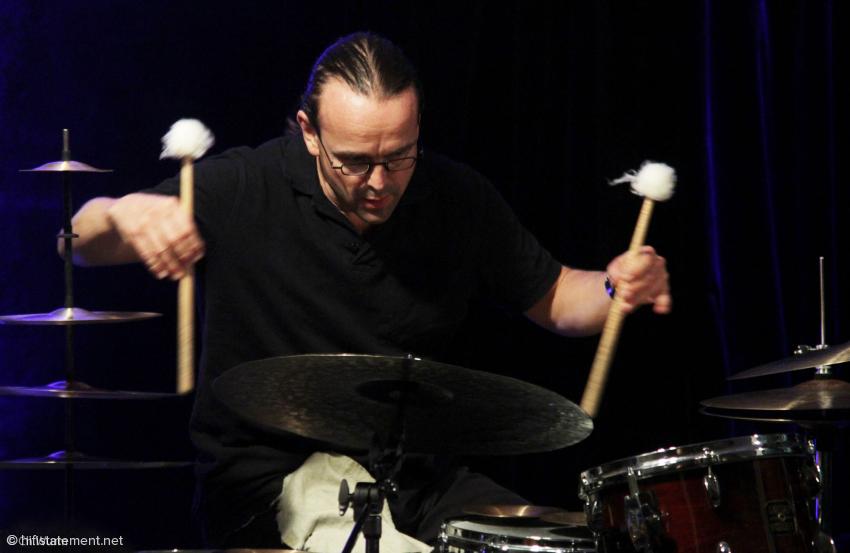 Wie schon der Aufmacher zeigt, bediente sich Lucas Niggli eines ganzen Arsenals von verschiedenen Klangerzeugern: Er faszinierte mal mit treibenden Rhythmen, mal mit farbstarken Stimmungen