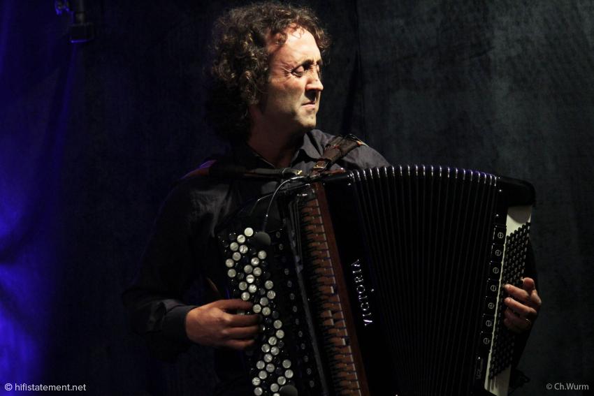 Nicht nur um gegen Schlagzeug und Tuba bestehen zu können, war die Entscheidung Luciano Biondinis, verstärkt zu spielen, richtig: Nur so konnte er die gesamte Dynamikspanne seines Instrumentes zur Geltung bringen