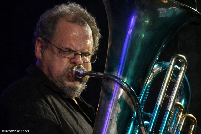 So intensiv sein Groove vom E-Bass, so exotisch der Klang des Serpents auch sein mag: Michel Godard zieht den Zuhörer besonders mit seinem einzigartigen Tubaspiel in seinen Bann