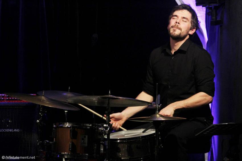 Jonas Burgwinkel dominiert seine Band weder mit seinem Kompositionen noch mit seinem Instrument: Die Werke seiner Kollegen stehen gleichberechtigt neben seinen, und man hätte durchaus das ein oder andere Schlagzeugsolo mehr vertragen können