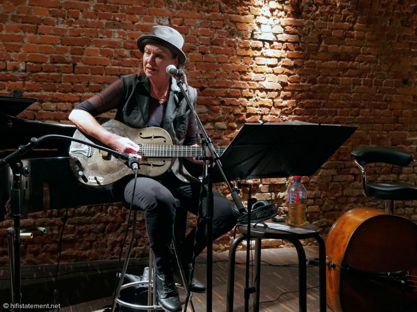 Inga Rumpf bei den Proben in Joja Wendts nullviernull: Die Ziegelwand sieht nicht nur gut aus, sondern ist auch akustisch vorteilhaft