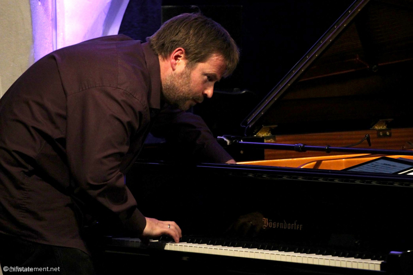 Patrick Bebelaar hielt es oft nicht auf seinem Klavierhocker: Er griff auch direkt in die Saiten