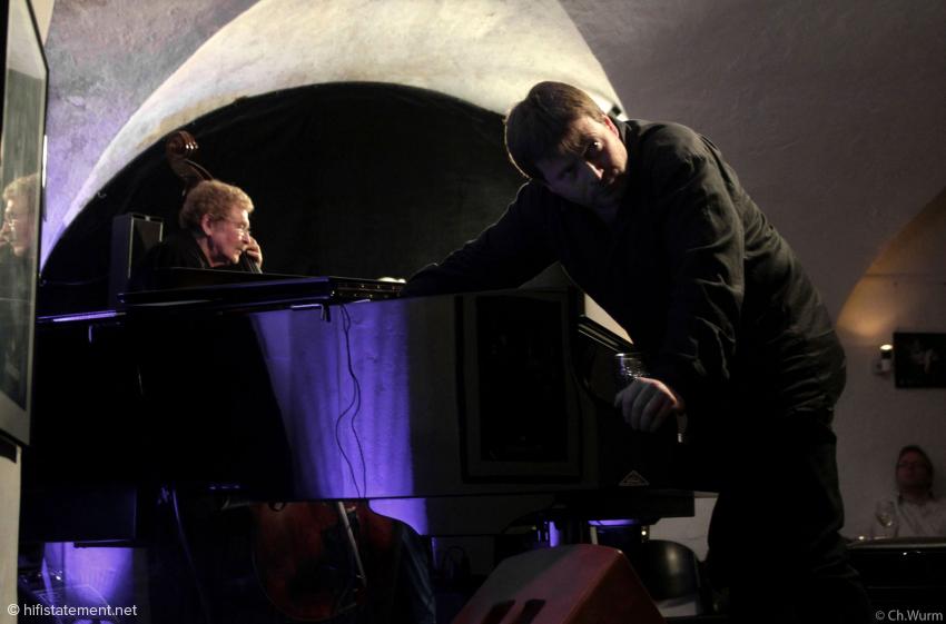 Patrick Bebelaar als Sound-Magier: Er bearbeitete die Saiten des Flügels auch mit Fingern und Gläsern