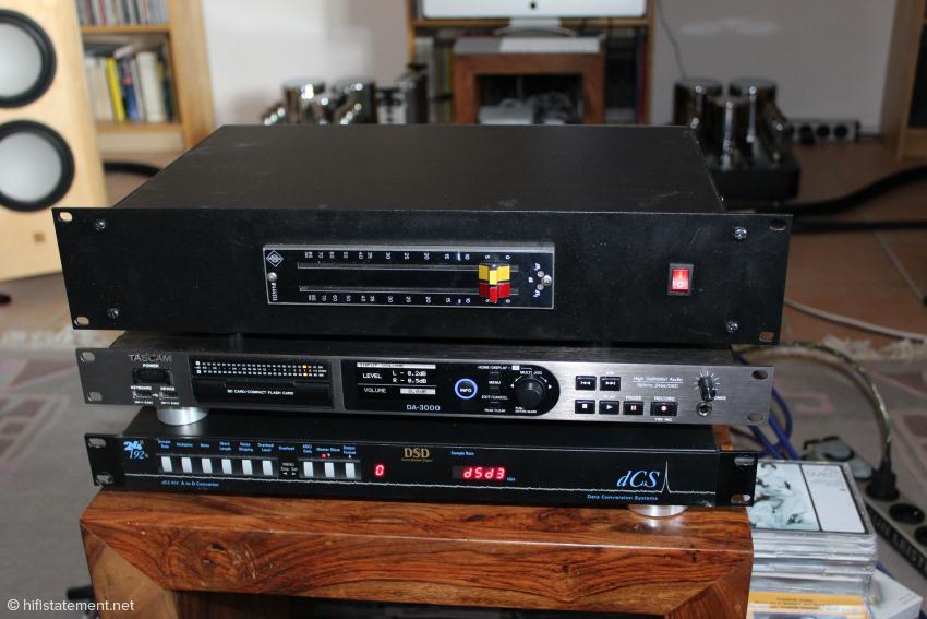 Um den Signalweg kurz zu halten, liegt zwischen der Bandmaschine und dem dCS A/D-Wandler nur ein aktiver Lautstärkeregler von Neumann, dem wir ein neues Gehäuse samt Netzteil spendierten. Wie der Tascam DA-3000 zeigt, näherte sich der Pegel links bis auf 0,2 und rechts bis auf 0,5 Dezibel der Übersteuerungsgrenze