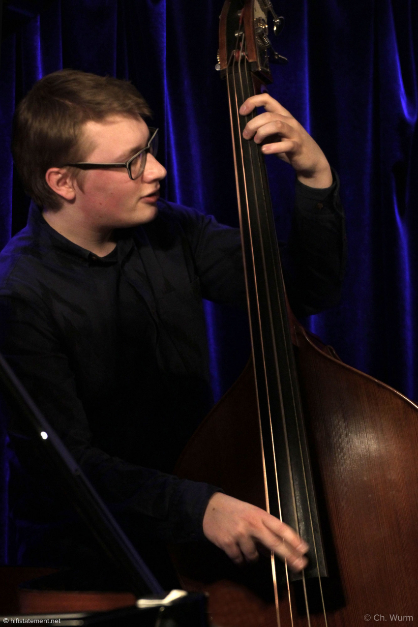 Felix Henkelhausen ist gerade 19 Jahre alt, was man ihm ansehen mag. Seine Basslinen und -Soli klingen dennoch ausgesprochen erwachsen
