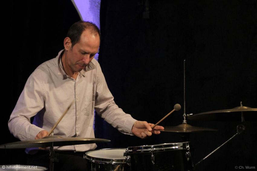 Der in München lebende Amerikaner Rick Hollander passte die Dynamik seines Spiels den akustischen Gegebenheiten des Clubs an und sorgte so für einen dezenten und dennoch treibenden Groove