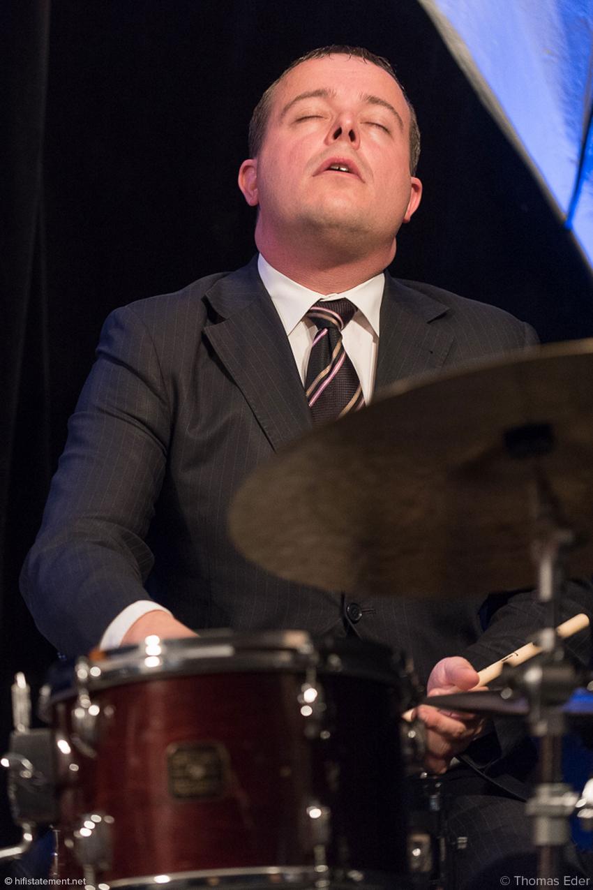 Bernd Reiter ist ein einfühlsamer Begleiter, der seine Becken und die Snare flüstern lassen kann, aber gerne auch heftig groovende, dynamische Akzente setzt
