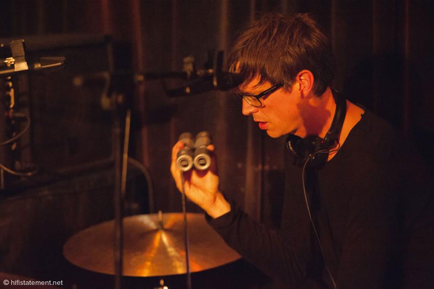 Oli Rubow ist nicht nur eine Meister der lässigen Grooves, sondern auch ein feinfühliger Percussionist und klangverliebter Elektroniker