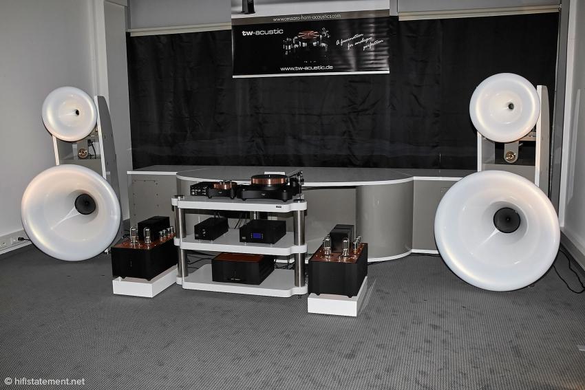 Bei dem Modell Beta sind mittlerweile sämtliche Hörner aus dem neuen Verbundmaterial gefertigt. Trotz 4,2 Meter Breite verschwindet der Subwoofer optisch. Cessaro Lautsprecher sind übrigens in Hongkong der Renner