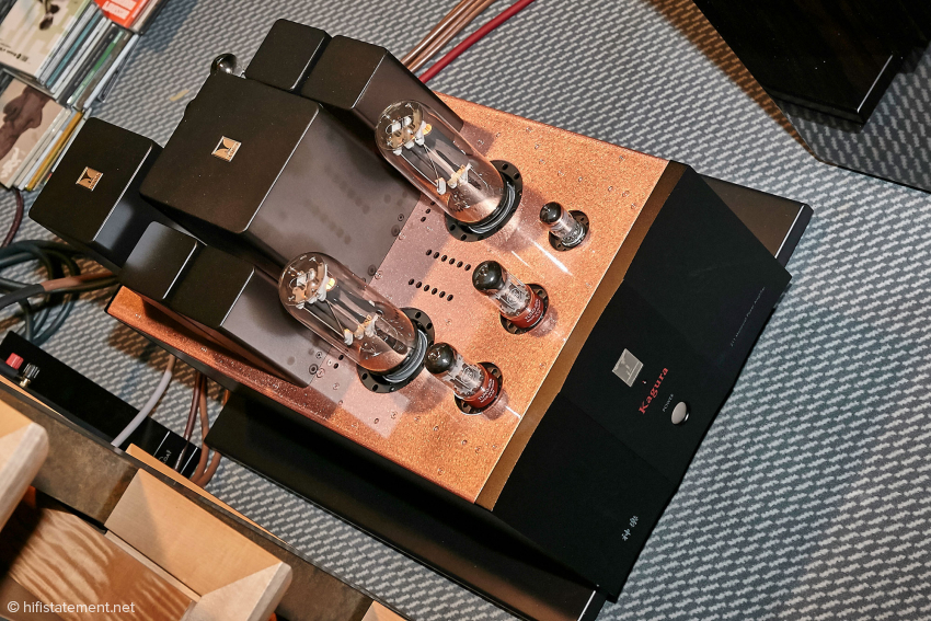 Das Flaggschiff Kagura ist schon ein Bolide! Sie liefert 2x50 Watt Ausgangsleistung im Parallel-Single Ended Modus. Die eingesetzte NOS 211 stammt von RCA