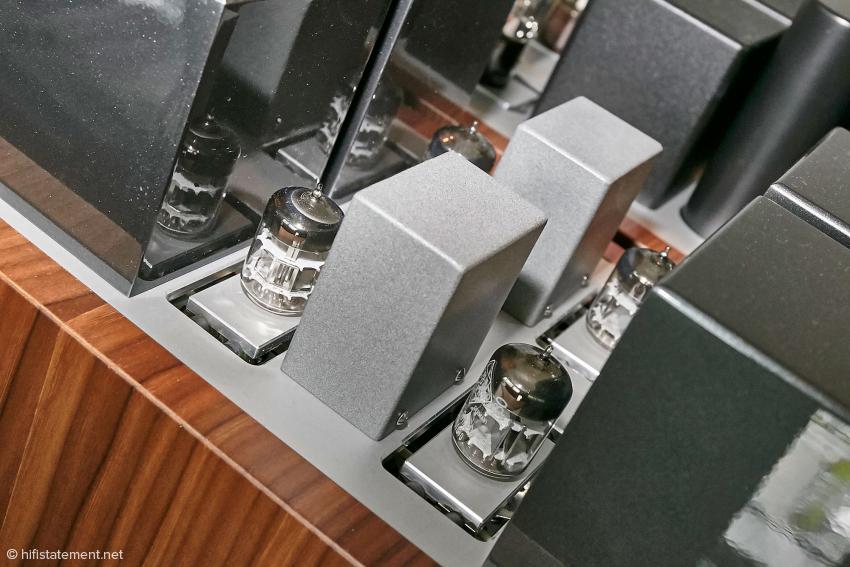Die Phonoverstärkung übernimmt ein Verstärker mit der berühmten Telefunken EC8020 Triode. Diese Triode ist ein Meisterwerk an Präzisionsfertigung, mit sehr langen Standzeiten. Leider sehr rar