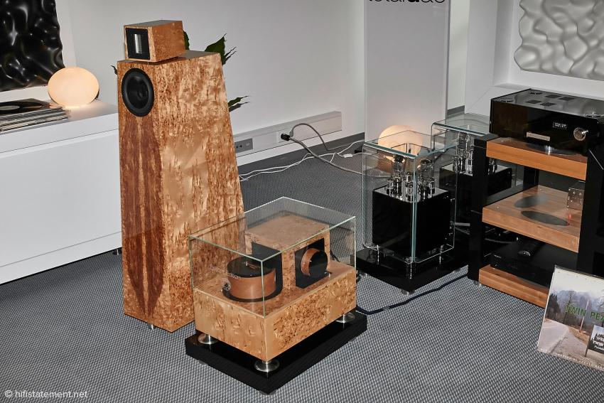 Die Kawero Classic mit externer Frequenzweiche ist wieder ein Demonstrationsobjekt für perfekte Schreinerarbeit. Die riesige Bassspule vorne auf der Weiche ist eine Sonderanfertigung für Kaiser