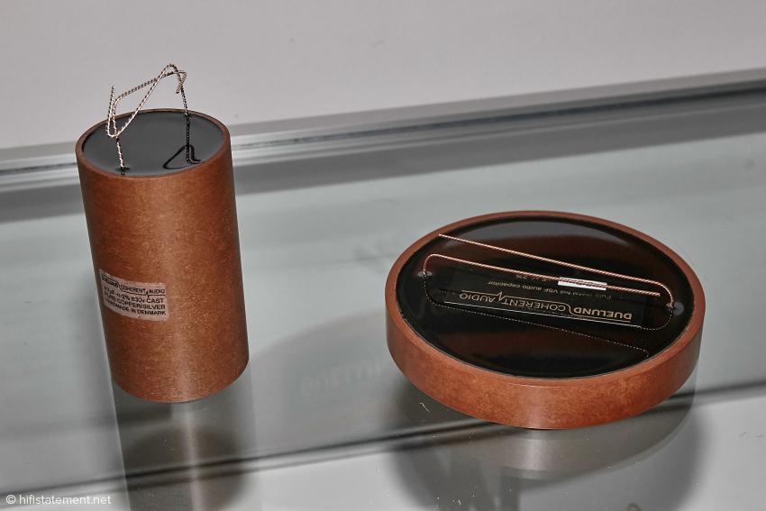 Links ein Kondensator, bestehend aus Silber- und Kupferfolie, ein Novum weltweit. Rechts ein Ölpapierkondensator, gedacht für den Einsatz in einer Frequenzweiche