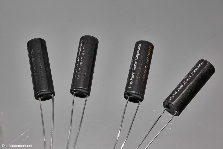 Dies sind die kleinen Silberfolien-Shunt Kondensatoren, die parallel zu dem vorhandenen Hochtonkondensator geschaltet werden können, ohne dass sich dessen Kapazität signifikant verändert. Trotzdem können diese Winzlinge den Klang stark beeinflussen