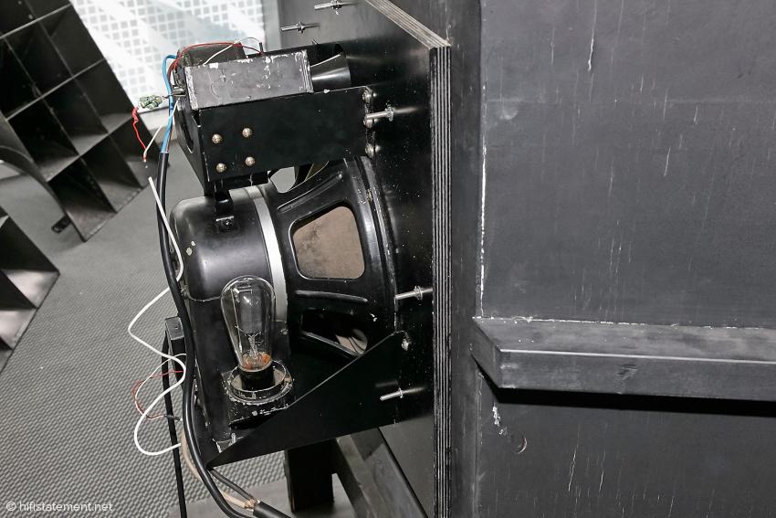 In der damaligen Zeit hatten die Lautsprecher noch Elektromagneten und benötigten deshalb eine eigene Stromversorgung