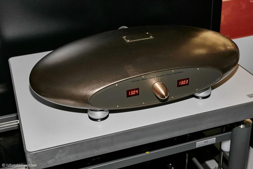 Audio Consulting stellte den Phonoverstärker zur Verfügung. Er hört auf den Namen Meteor Silver Rock Toroidal Phono Amplifier. Die ovale Bauform soll dem Luftschall weniger Angriffsfläche bieten. Ein Stromkabel sucht man hier vergeblich, der Verstärker arbeitet mit Akkus