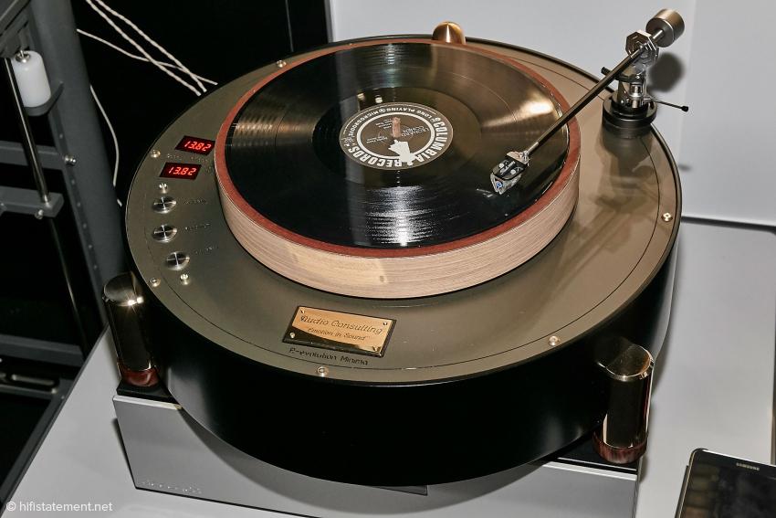 Der Plattenspieler ausnahmsweise einmal nicht oval. Hier handelt es sich um das kleine Modell von Audio Consulting