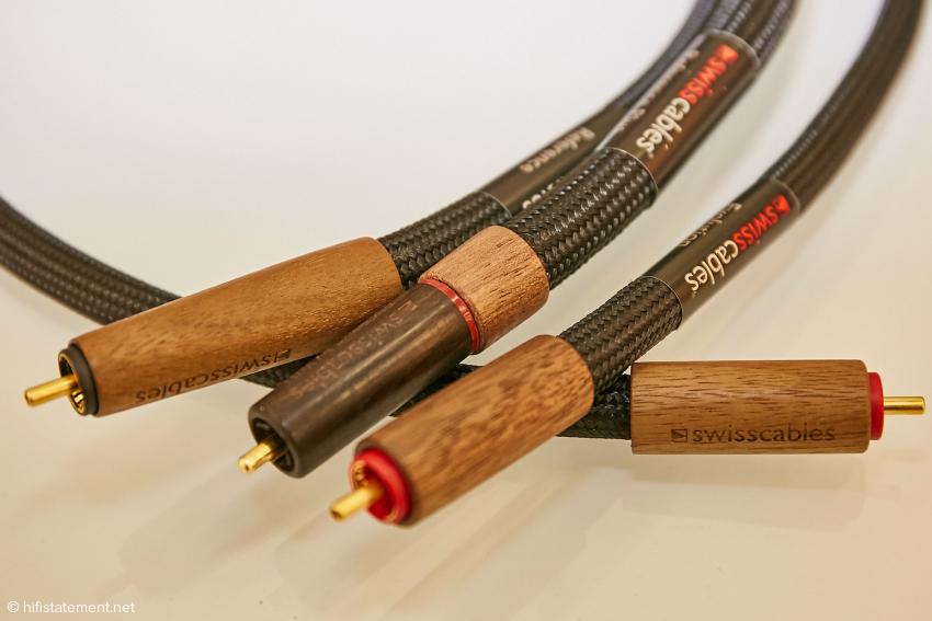 In der Mitte ist das neue Steckermaterial aus Ebenholz beim Reference Plus Modell zu sehen