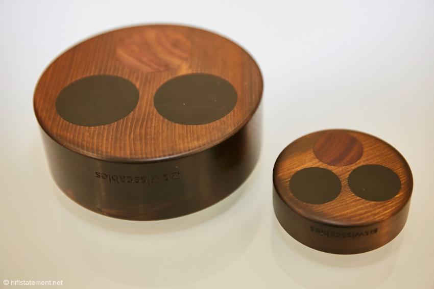 Die Resonatoren gibt es in zwei verschiedenen Größen. Sie können auch bei einfacheren Digitalgeräten eine Verbesserung des Klangbildes bewirken. Natürlich funktioniert das auch bei anderer Elektronik