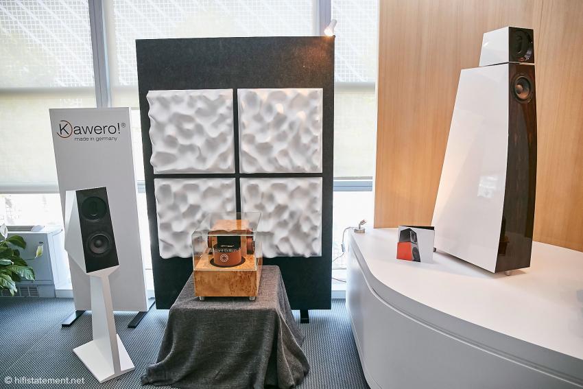 Hier die beiden kleineren Modelle der Firma und eine externe Frequenzweiche, die auf Wunsch auch mit Duelund-Silberkondensatoren geliefert werden kann.