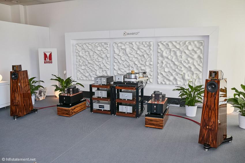 Der Raum wurde stark mit akustischen Elementen optimiert, hier gut zu sehen die Spline Diffusoren mit ihrer unregelmäßigen Oberfläche.