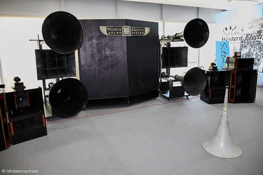 Neben dem gigantischen Western-Electric-System wirken die nicht gerade kleinen Lautsprecher von GIP Japan fast winzig.