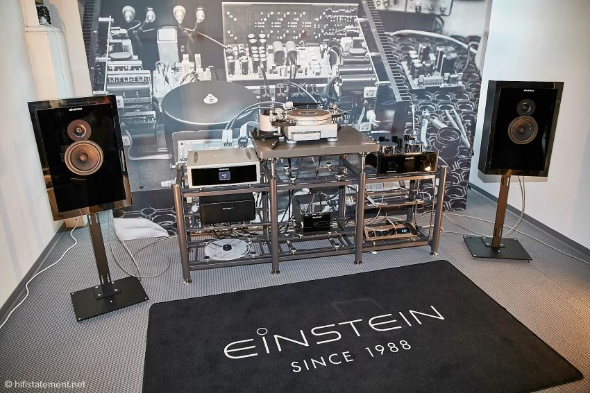 Die kleinere der beiden Einstein-Ketten imponierte trotz des relativ preiswerten Lautsprechers mächtig. Hier kann man von einer stimmigen Kette sprechen. Nur der Air Force III Vinyl Dreher von TechDAS und das Artesanian Rack-System stammten nicht von Einstein