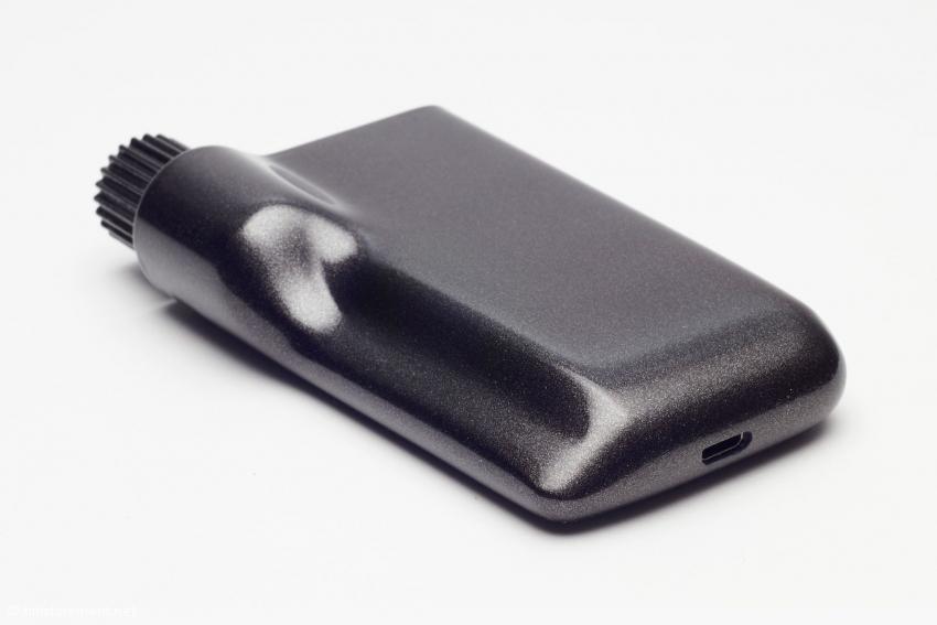 Der Clef™ misst etwa zehn Zentimeter in der Länge und leicht über sechs Zentimeter in der Breite und ist knapp 1,5 Zentimeter dick. Der Akku soll für acht Stunden reichen