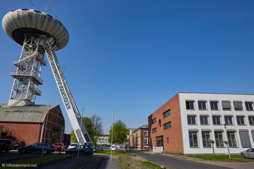 Im Gebäude rechts, im Schatten des imposanten von Luigi Colani designeten Förderturms, sind die Geschäftsräume von IDC Klaassen, dem deutschen Vertrieb für Q Acoustics
