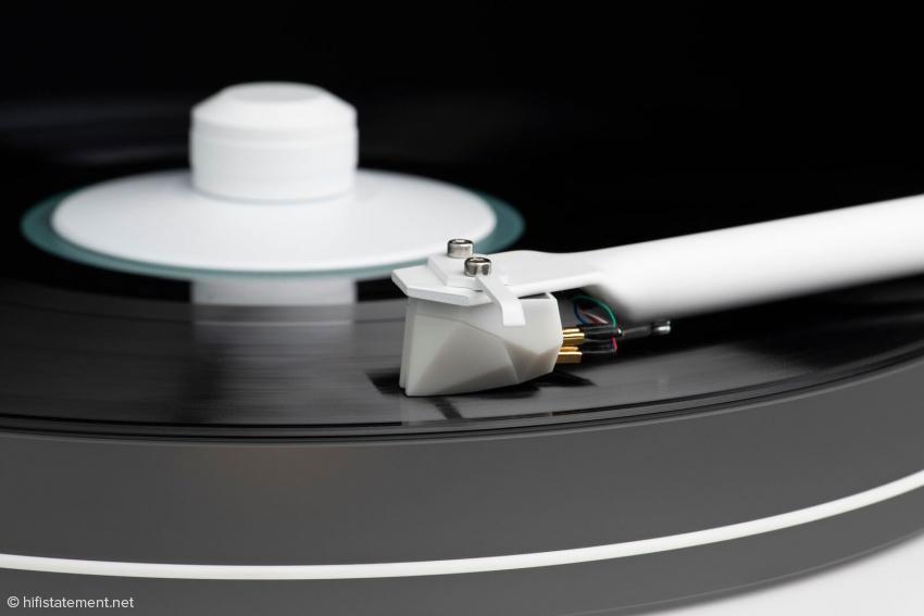 Ein in enger Zusammenarbeit mit dem Phono-Pionier Ortofon entstandener MM 2M White Tonabnehmer garantiert ein hochklassiges Hörerlebnis. Die mitgelieferte weiße Plattenklemme fixiert LPs sicher am Plattenteller und stellt ein gleichmäßiges Laufen des Vinyls sicher.