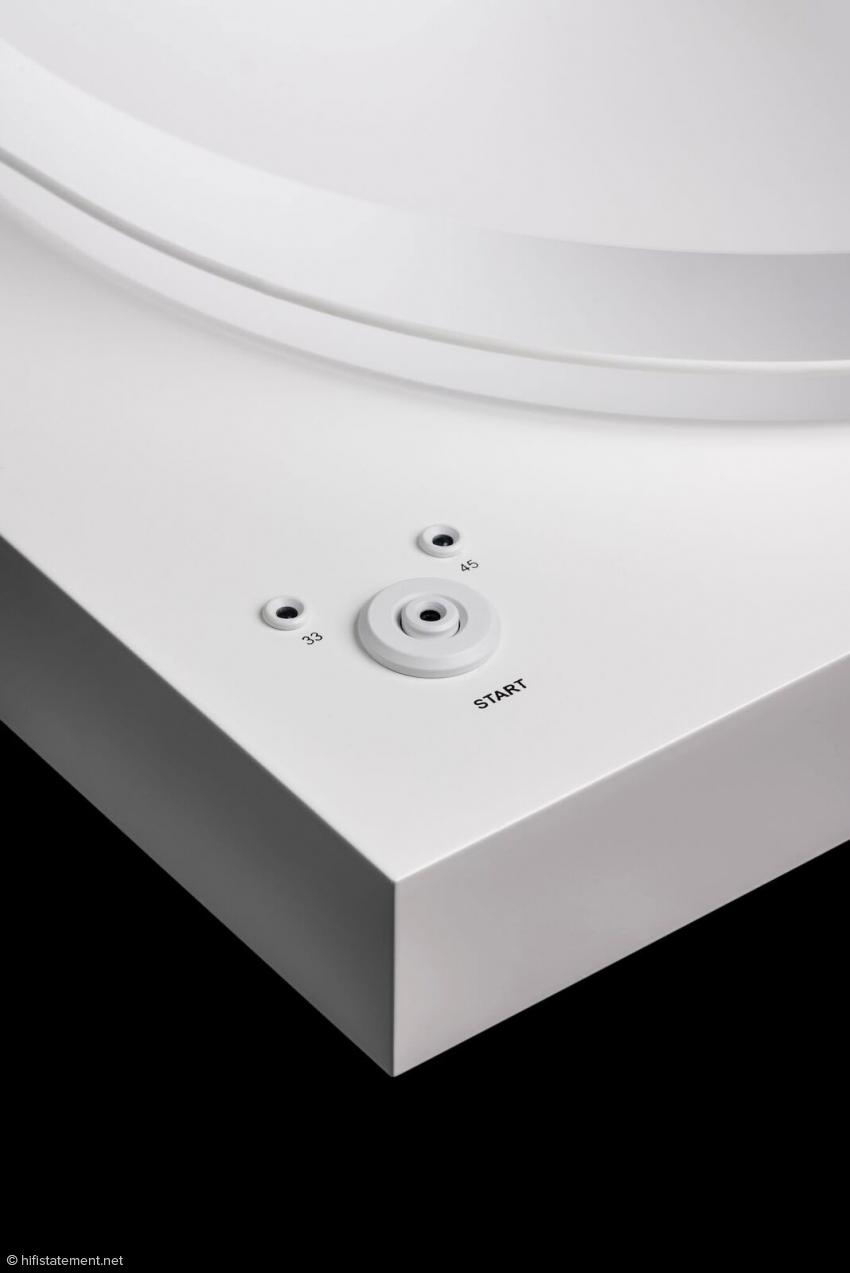Für jeden ,der eine große Plattensammlung sein Eigen nennt, wurde eine elektronische Geschwindigkeitsumschaltung eingebaut, um schnell und bequem per Knopfdruck zwischen 33 und 45 RPM wechseln zu können.