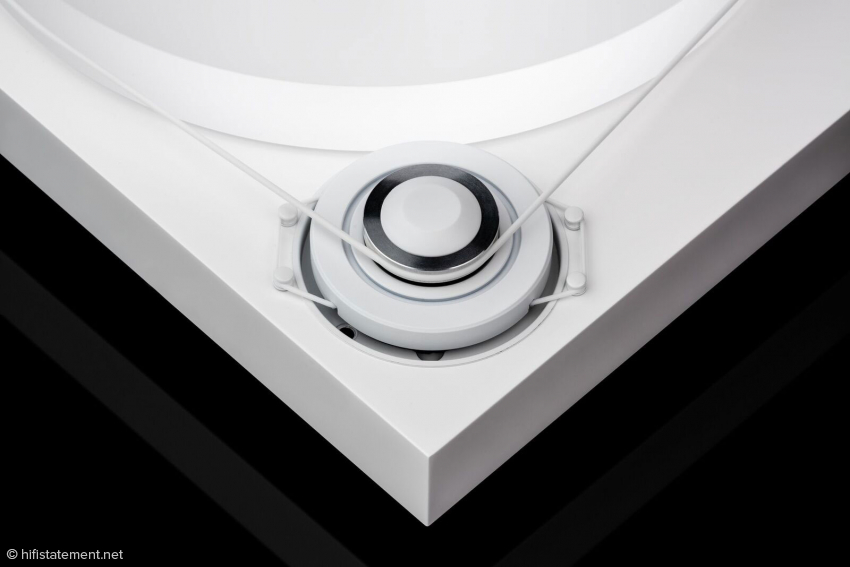 Der vom Gehäuse entkoppelte DC-Motor lässt das Plattenteller in optimaler Geschwindigkeit mit unglaublicher Stabilität rotieren. Ein diamant-geschliffener Antriebspulley erzeugt eine exzellente Kraftübertragung und das Riemenantriebsprinzip sieht nicht nur edel aus, sondern klingt auch fantastisch.