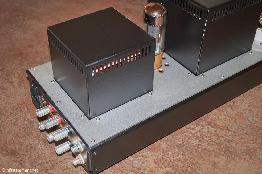 Gehäusedeckel aus eloxiertem Aluminium; zwischen Trafo- und Übertragergehäuse sitzt der Gleichrichter 5R4GY