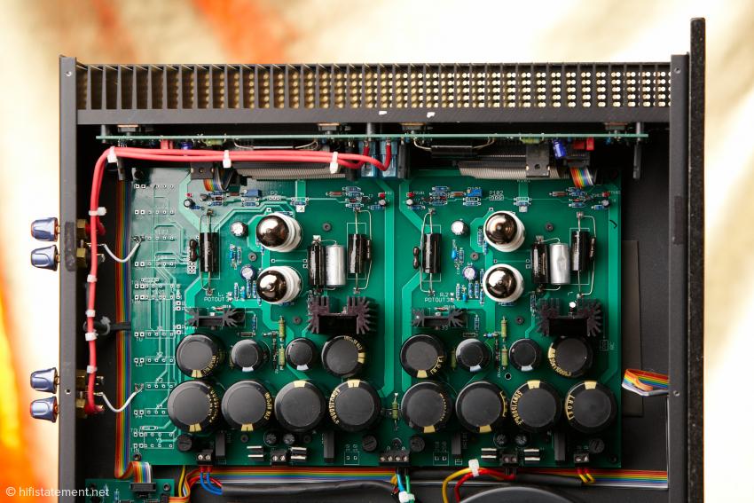 Die rechte Seite der Endstufe nimmt die Signalplatine ein. Die FET-Leistungstransistoren sind auf dem senkrecht stehenden Kühlkörper montiert
