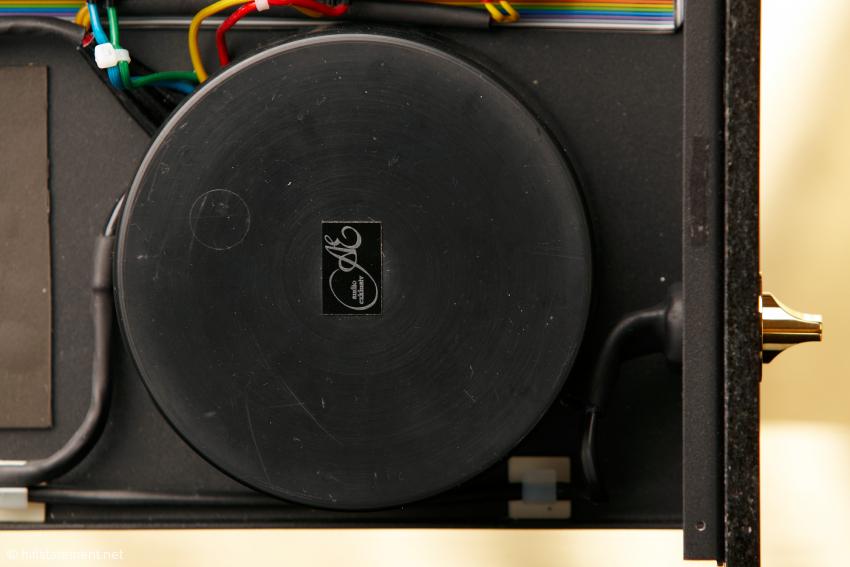Ein 500-VA-Ringkerntrafo liefert die Energie, bei größeren Modell P11 sind es deren zwei