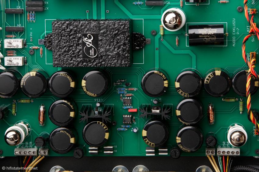 Pro Kanal kommt eine EZ 90 zur Gleichrichtung sowie eine ECC 803 S zur Signalverarbeitung zum Einsatz. Die Röhrendämpfer sind im Lieferumfang enthalten