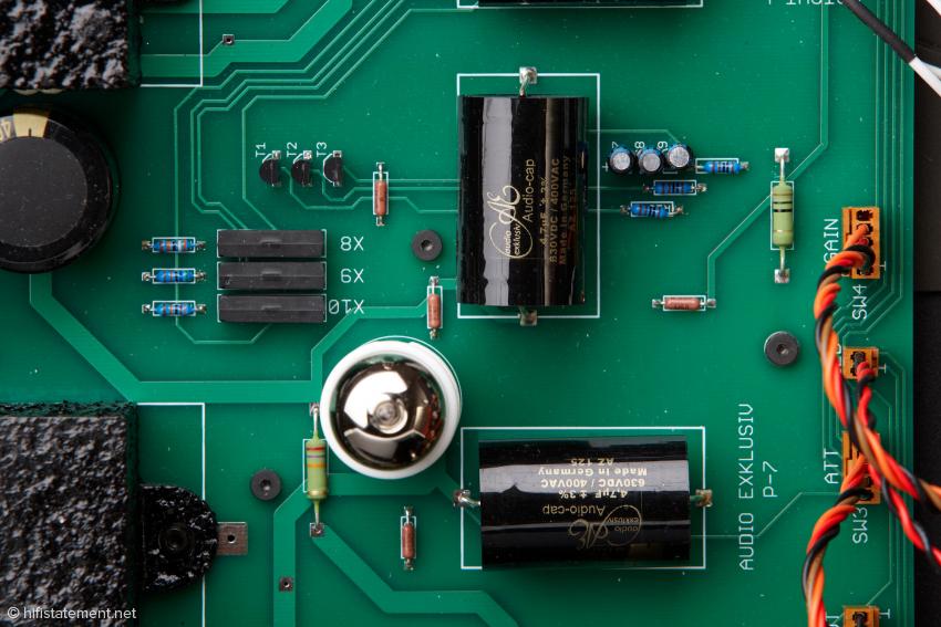 Die für Audio Exklusiv gefertigten MKP-Kondensatoren in unmittelbarer Nähe der Röhren sollen für mehr Schnelligkeit, Luftigkeit und Sauberkeit im Klang sorgen