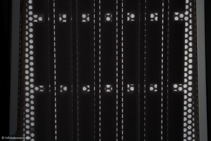 Beim Tief/Mitteltonpanel fungieren auf einer Mylarfolie fixierte Aluminiumbändchen als bewegliche Elemente des elektromagnetischen Antriebs