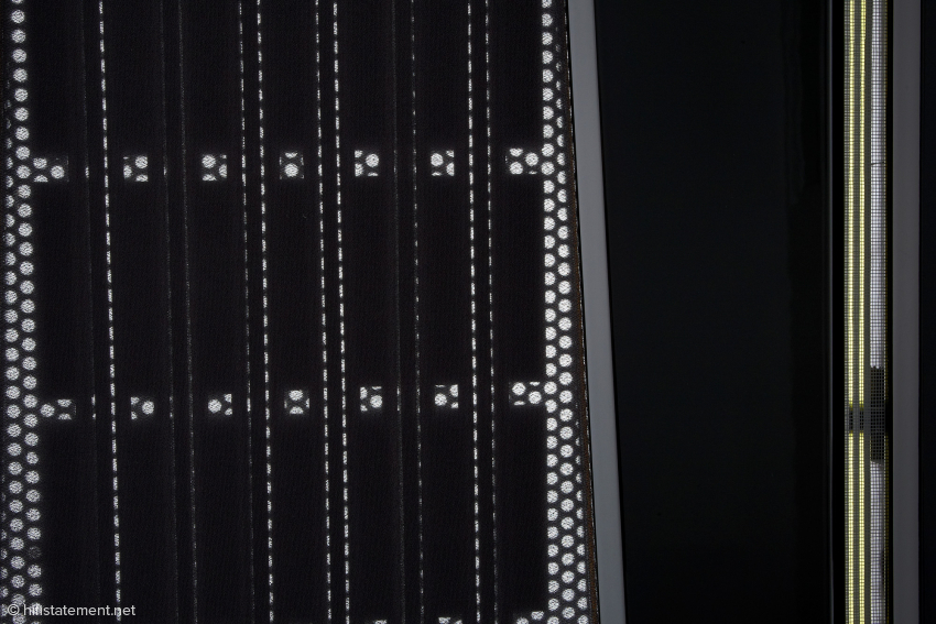 Das Tief/Mitteltonpanel sitzt im Zentrum des Flächenstrahlerrahmens, während das Hochtonbändchen außen sitzt