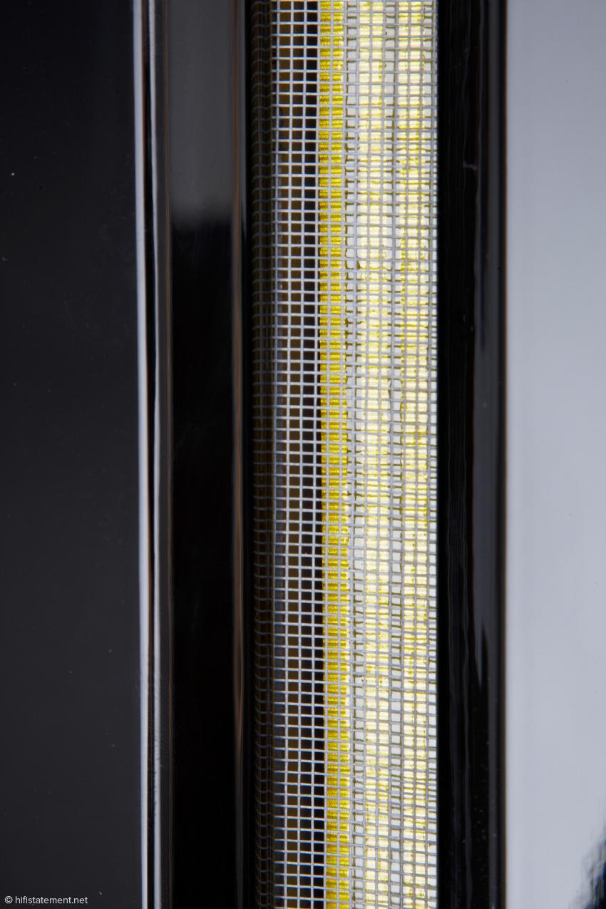Der Hochtöner des Epsilon besteht aus Aluminiumbändchen, die in einem statischen Magnetfeld sitzen, das von beiderseits der Bändchen angeordneten Magneten erzeugt wird