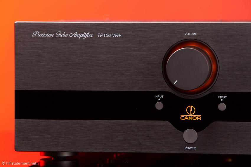 Sexy: Nach dem Soft-Start werden Lautstärkeregler und CANOR-Logo in schickem orange beleuchtet – der TP106 VR+ hat die Betriebstemperatur erreicht.
