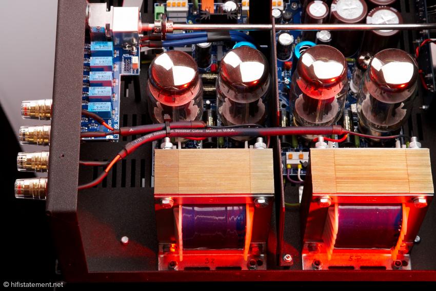Die Ausgangsstufe mit einem Quartett EH 6550 Beam-Power-Tetroden im Ultra-Linear-Modus. Das Push-Pull-Konzept liefert 2 x 20 W im reinen Class-A-Betrieb und 2 x 55 W an 4 Ohm.