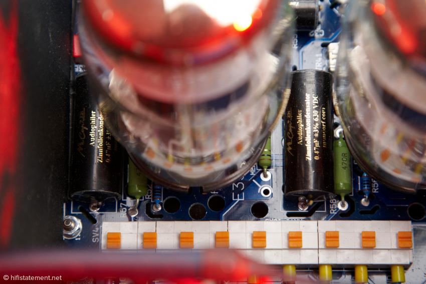 Der CANOR TP106 VR+ unterscheidet sich von seinem kleinen Bruder unter anderem durch die Verwendung hochwertiger Zinnfolienkondensatoren von Mundorf.