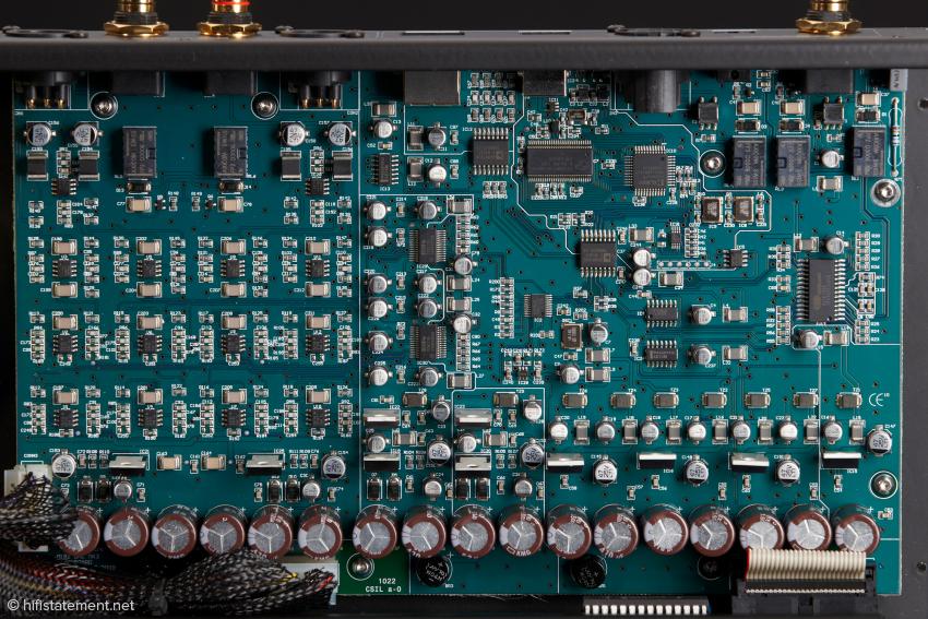 Oberhalb der Siebkapazitäten sitzen die Spannungsregler für die verschiedenen Sektionen: Links die symmetrische analoge Signalverarbeitung, dann weiter rechts die beiden Dual-Mono-Dacs und links der Eingangs- und Upsamplingsbereich