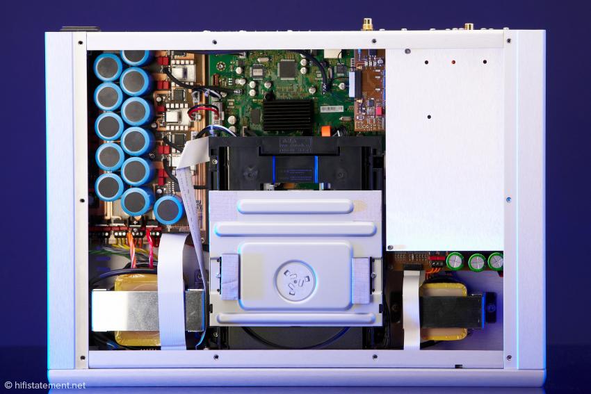 Von oppo stammen Laufwerk und dahinter liegende Videoplatine in stark modifizierter Form. Der grosse Trafo versorgt Digitales, der kleine Analoges. Die Kondensatorbank glättet den Strom im Netzteil