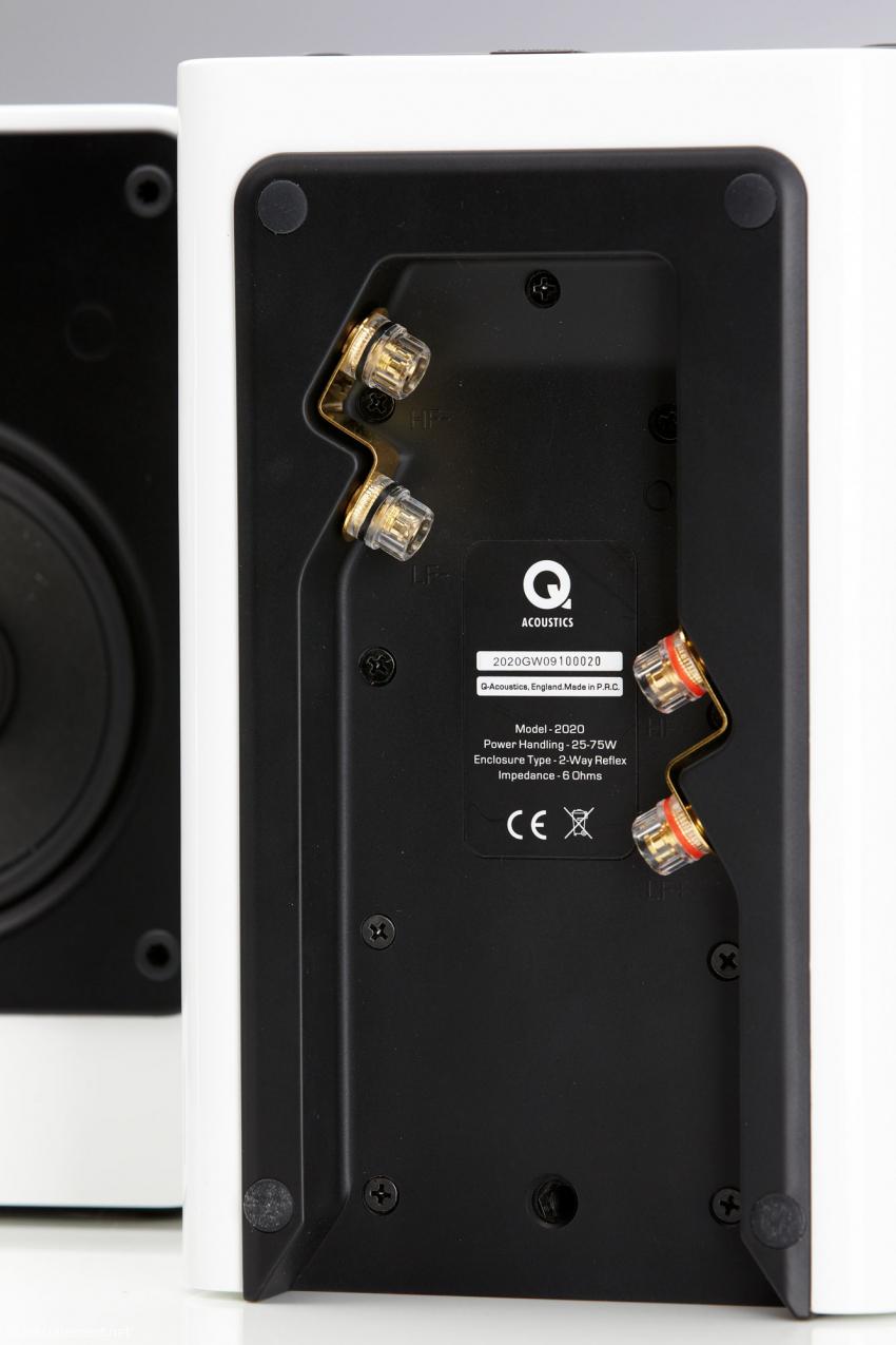 Beim Anschluss etwas fummelig, im Betrieb elegant unsichtbar: die Bi-Wiring-Terminals unterhalb des Lautsprechers