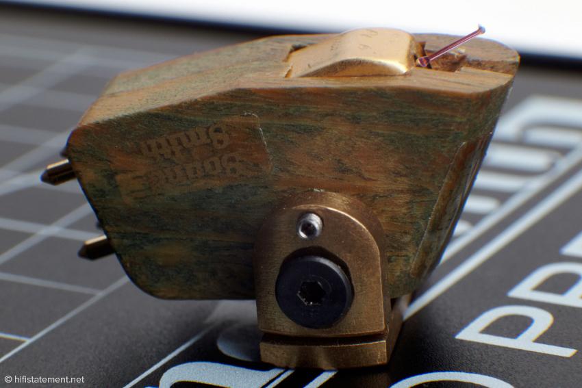 Das Holz verkleidet lediglich das Vollmetallgehäuse, das als Schirmung gegen Brummeinstreuungen dient